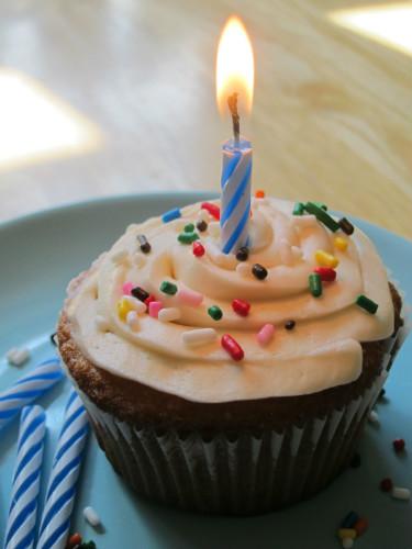 almond cupcake vanilla buttercream frosting